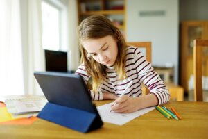 Online vyučovanie je náročné pre obe strany. Pomáha však udržať kontakt učiteľa so žiakmi.