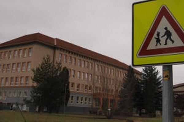 Pre parkovisko pri základnej škole chce mesto pozemok pred susednou strednou školou.