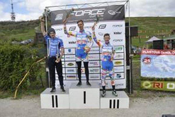 Stupeň víťazov. Adrián Foltán obsadil druhé miesto.