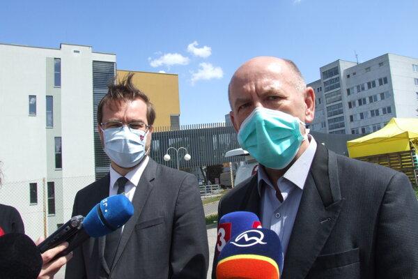 Riaditeľ nemocnice Milan Dubaj a minister Marek Krajčí.