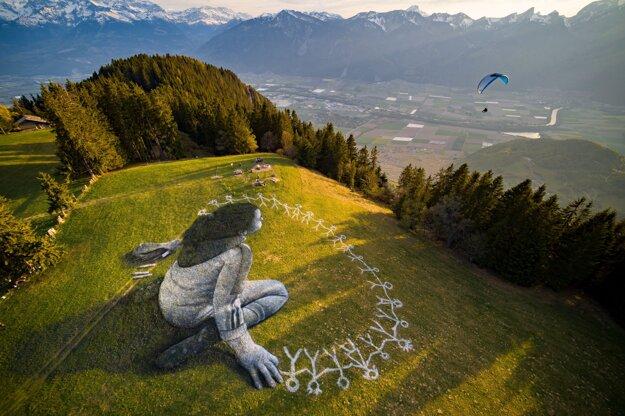 Koronavírus vo svete: Lúku vo švajčiarskych Alpách zdobí netradičné grafitti.
