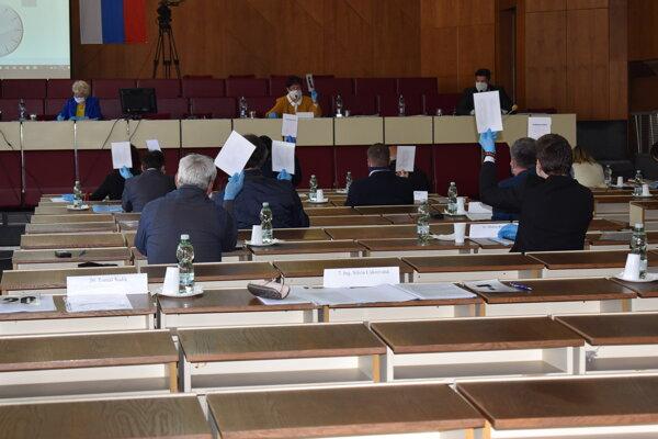 Humenskí poslanci pokračovali v prerušenom rokovaní mestského zastupiteľstva.