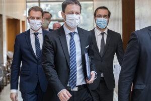 Minister financií Eduard Heger, premiér SR Igor Matovič, minister zdravotníctva Marek SR Krajčí (všetci OĽaNO) prichádzajú na rokovanie 16. schôdze vlády