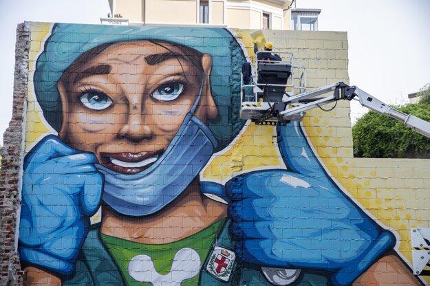Umelec Lapo Fatai pracuje na murále s názvom  - Nezabudneme. V Taliansku podľahlo koronavírusu ďalších 285 ľudí.