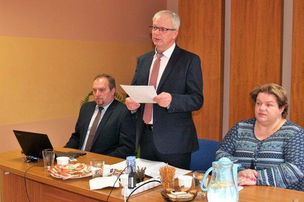 Zľava Jaroslav Rosina, starosta Nižnej, Ján Banovčan, predseda ZMOHO astarosta Zábiedova, Magdaléna Zmarzláková, podpredsedníčka ZMOHO aprimátorka Trstenej.