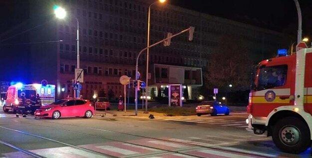 Po zrážke skončilo jedno z áut na chodníku.