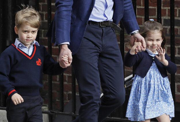 Na snímke z 23. apríla 2018 britský princ William prichádza so svojimi deťmi princom Georgeom a princeznou Charlotte do nemocnice v Londýne.