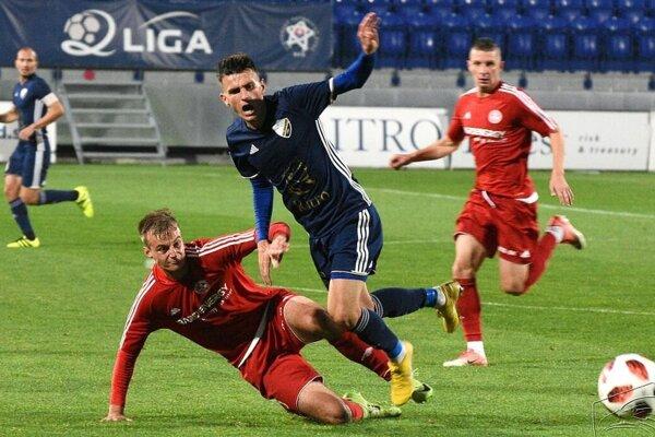 Dávid Berežný (v páde) v drese Bardejova. S materským klubom rozviazal kontrakt.