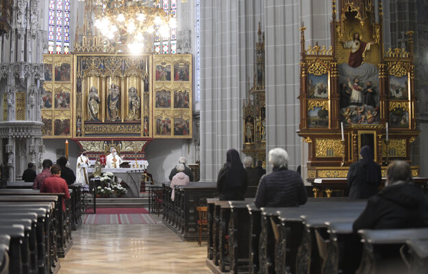 Veriaci počas omše v Dóme sv. Alžbety v Košiciach. Podľa hygienických pravidiel musia byť od seba vzdialení najmenej dva metre.