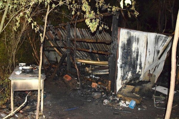 Keď na miesto dorazili hasiči, jednoduchý prístrešok bol už celý v plameňoch.