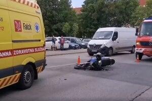V Trnave prišlo k zrážke auta a motorky.