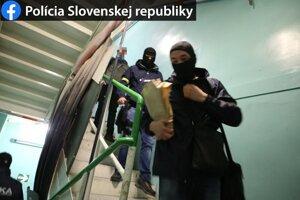 Policajná razia v Mochovciach trvala v marci viac dní.