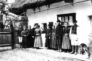Béla Bartók pri nahrávaní slovenských ľudových piesní v Dražovciach v roku 1907.