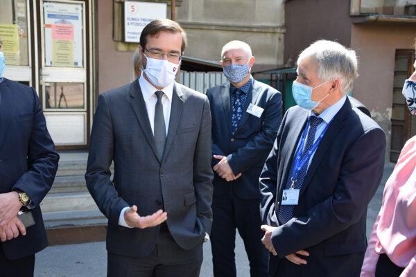 Minister zdravotníctva Marek Krajči v Univerzitnej nemocnici Martin. Vpravo generálny riaditeľ UNM Dušan Krkoška.