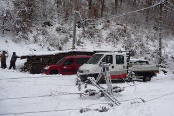 Problémy spôsoboval ťažký sneh aj popadané stromy a konáre.