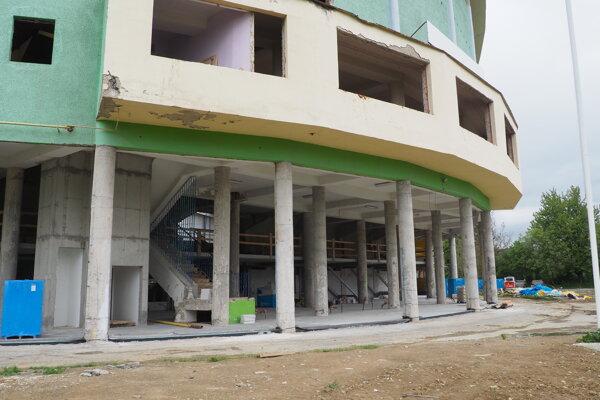 Štadión je takmer celý zakrytý. Stavbári pracujú aj na obnove vnútorných priestorov pri hlavnom vstupe.