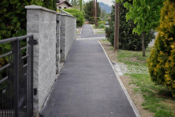 Chodník na Potočnej ulici má nový asfalt aj obrubník.