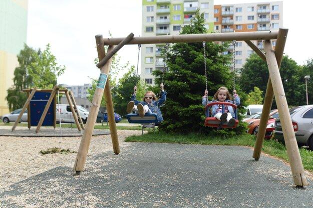 Vzhľadom na stabilizujúcu sa epidemiologickú situáciu je na základe rozhodnutia Úradu verejného zdravotníctva opäť možné otvoriť detské ihriská. Trnavské deti sa môžu hrať vonku už od štvrtka 14. mája 2020.
