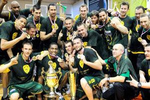 Historický titul pre Levice prišiel vsezóny 2010/2011 pod vedením trénera Františka Róna (dolný rad druhý zprava)