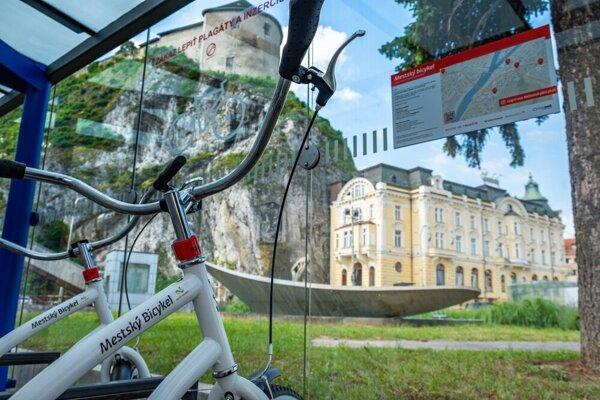 Zaparkované mestské bicykle v júni 2019 pri ZUŠ.