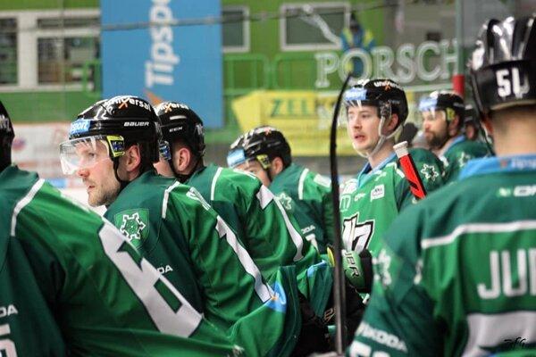 Napätá striedačka HC Nové Zámky počas zápasu.