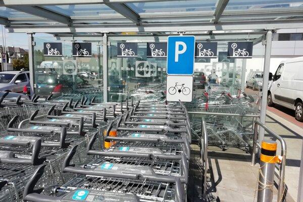 Košíky na mieste pre bicykle.
