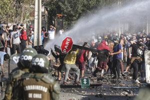 Polícia použila na rozohnanie protestujúcich vodné delá a slzotvorný plyn.