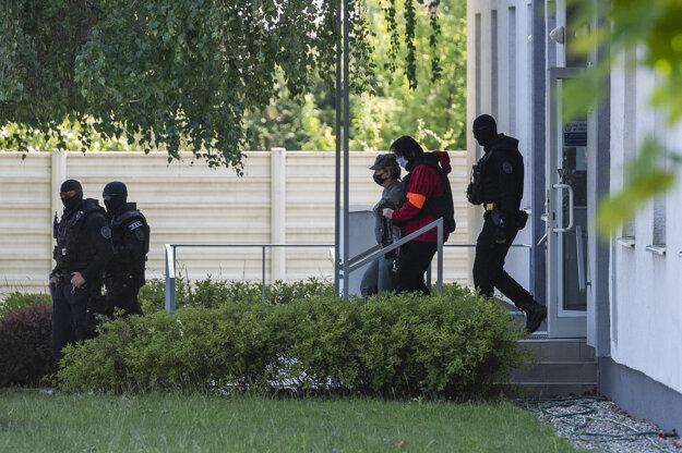Na snímke z 18. mája 2020 odvádzajú Alenu Zsuzsovú z budovy Špecializovaného trestného súdu v Pezinku.