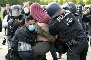 Niektorých demonštrantov museli policajti spacifikovať.