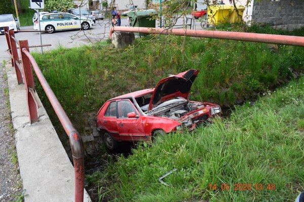 Muž to po nezvládnutí zákruty skončil v potoku uprostred Kokavy nad Rimavicou.
