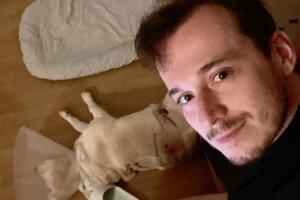 Martinčan Milan Ftorek so svojim zraneným psíkom Šinťom.