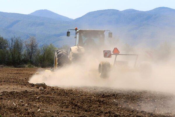 Koniec apríla na poliach v Očovej. Traktor vplyvom nedostatku vlahy v pôde zanecháva za sebou oblak prachu.