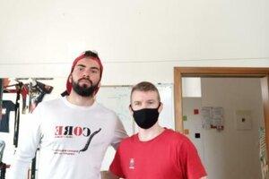 Jozef Urban (vpravo) s fyzioterapeutom Tomášom Kulanom.