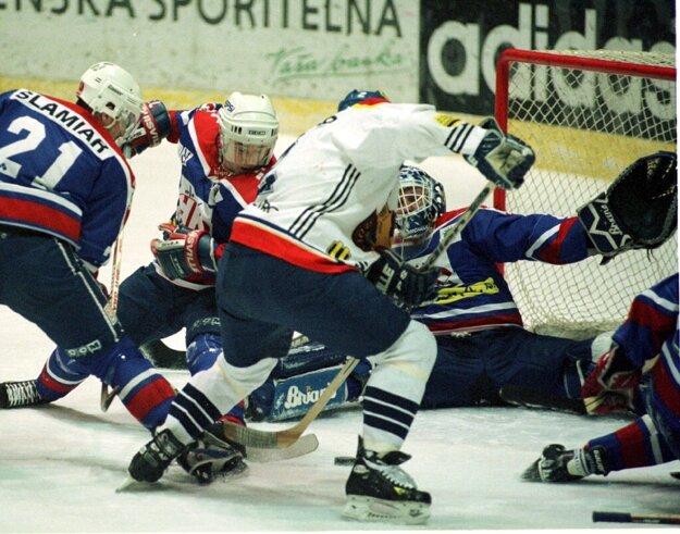 Peter Šlamiar (úplne vľavo) v roku 1999 v drese HKM Zvolen.