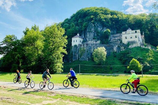 Cyklisti pod kláštorom Veľká Skalka.
