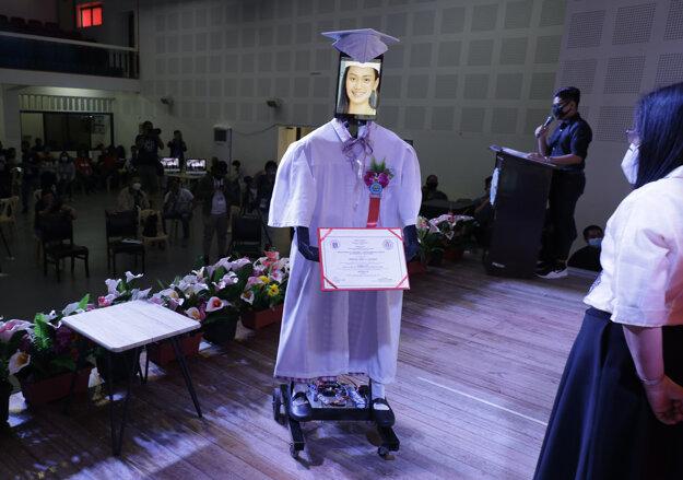 Fotografia študentky je na tablete, ktorý je umiestnený na robote počas takzvanej kybernetickej oslavy, ktorá sa konala pri príležitosti ukončenia strednej školy.