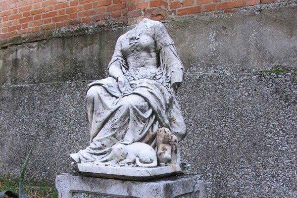 Rozprávková socha v Dolnej Krupej (dielo Roberta Cauera) v dolnokrupskom parku brunswickovsko-chotekovského kaštieľa.