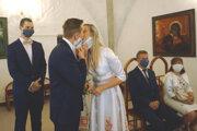 Novomanželia vyslovili áno spod rúšok.