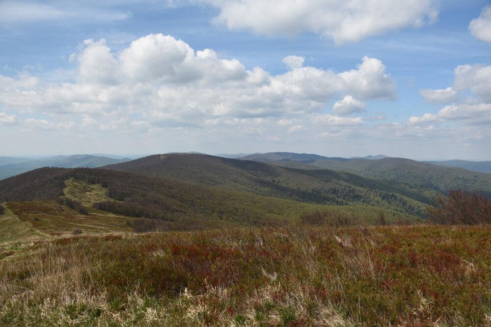 Hraničný hrebeň a vpravo poľské Bieszczady. Pohľad z vrcholu Ďurkovec.