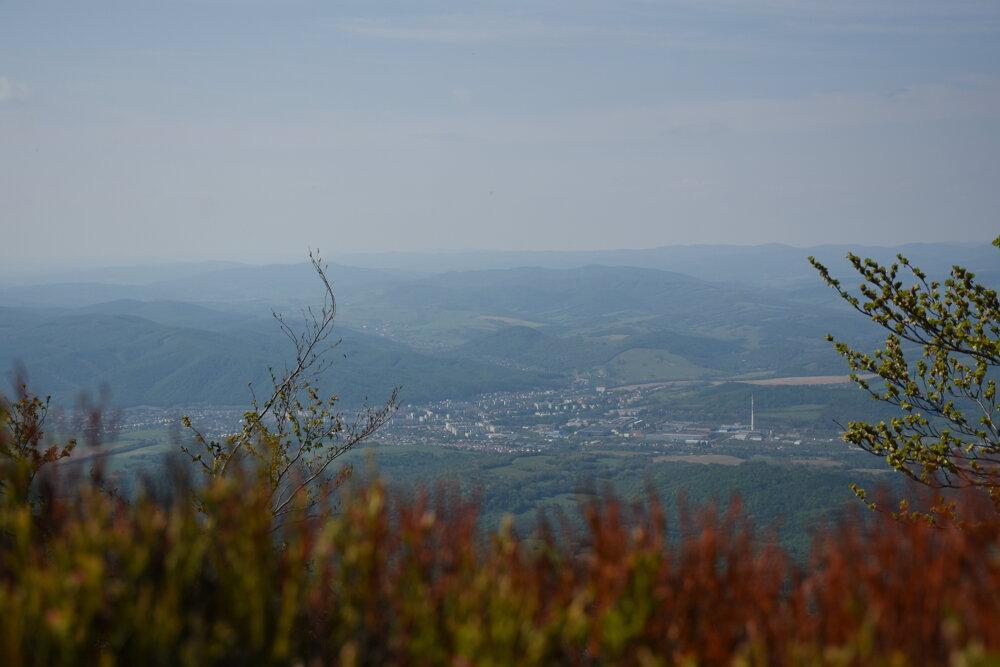 Výhľad na mesto Snina zo Sninského kameňa.