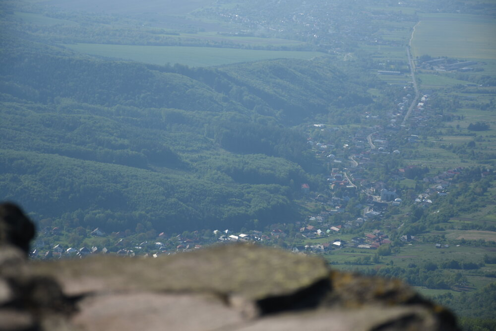 Výhľad na obec Zemplínske Hámre zo Sninského kameňa.