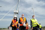 Ministri Richard Sulík a Péter Szijjártó na obhliadke nového mosta 11: mája.