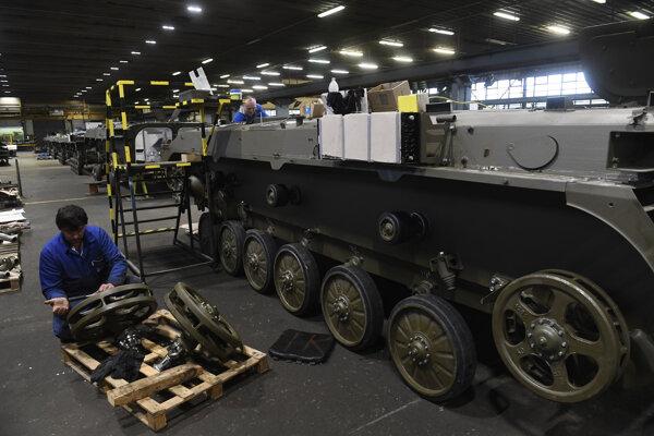 Zamestnanec servisuje bojové vozidlo pechoty v areáli spoločnosti MSM v Trenčíne.