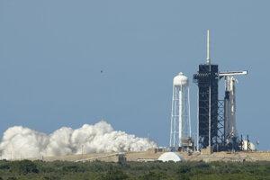 Raketa Falcon 9 pri statickom teste motorov päť dní pred historickým štartom v máji 2020.