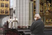 Na bohoslužby v Dóme sv. Alžbety sa dá ísť len s rúškom.