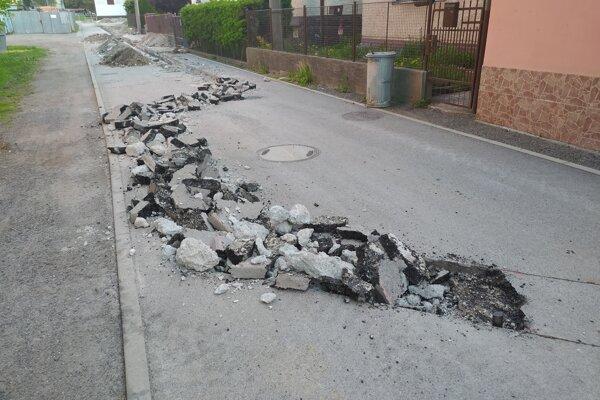 Rozkopaná Potočná ulica v Handlovej.