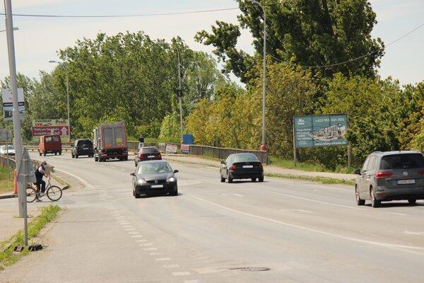Šalianskym mostom denne prejdú tisíce áut.