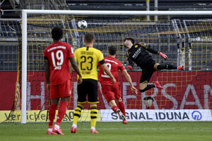 Strela Joshuu Kimmicha (mimo záberu) mieri do bránky Dortmundu.