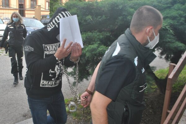 Eskorta odviedla obvineného zo súdu do väznice, kde bude vo väzbe.