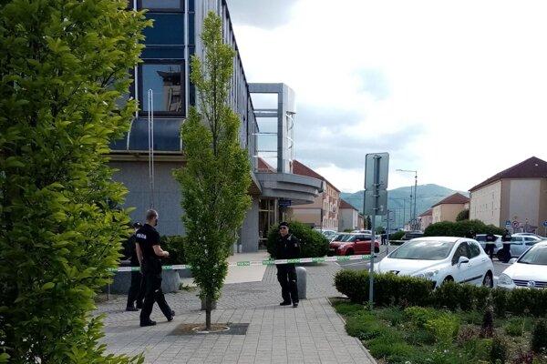 Budovu v centre Žiaru nad Hronom polícia opáskovala, pracovníci ju museli opustiť.